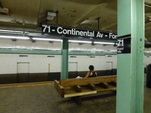 Carteles de pared, central y de columna en la estación Forest Hills-71st Avenue de la línea IND Queens Boulevard (1936).