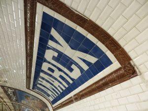 Cartel cerámico original de la estación Lamarck-Caulaincourt (1912), visible y en funciones.