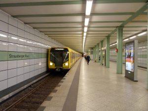 Estación Strausberger Platz de la U5 (1930), remodelada en 2003.