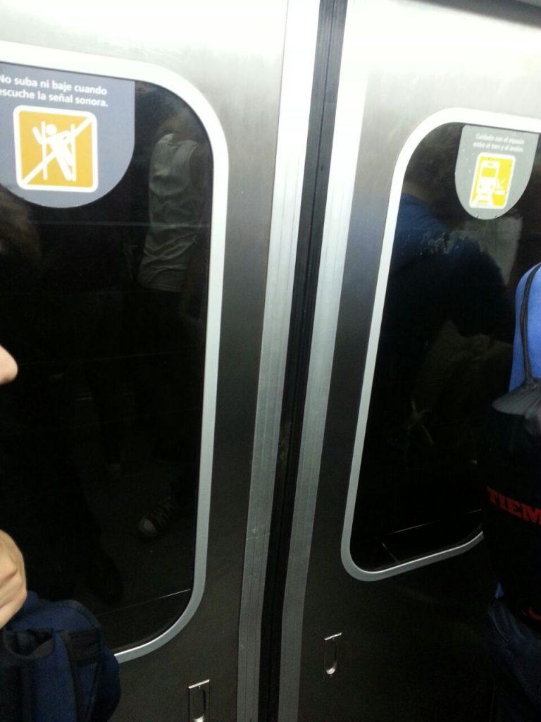 Los adhesivos que advierten a los pasajeros que no deben apoyarse en las puertas no estaban colocados