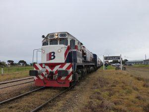 Una de las pocas locomotoras supervivientes de Ferrobaires encabeza un tren a Bahía Blanca en Tornquist.