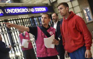 Asistentes de Transport for London guían a los usuarios afectados por el paro.