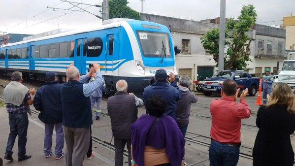 El tren de prueba fue recibido con júbilo por los vecinos de Quilmes.