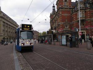 Un tranvía de la línea 5 en Ámsterdam, integrado al medio urbano.