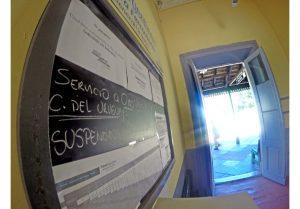 El pizarrón de la estación Paraná anuncia la suspensión de servicios.