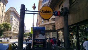 Nueva señalética amarilla en la estación Diagonal Norte.