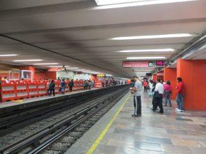 """Espacio del andén segregado """"sólo damas"""" en el metro de la Ciudad de México."""