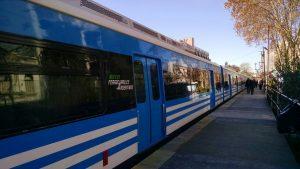 Tren CSR de la línea Mitre, con el logo de Ferrocarriles Argentinos en sus laterales.