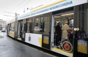 El Papa asciende a una moderna unidad Krakowiak.