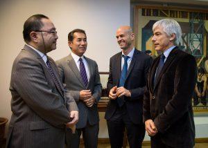 El apoderado de Marubeni y el embajador de Japón dialogan con el ministro Dietrich y el presidente de ADIF, Guillermo Fiad.
