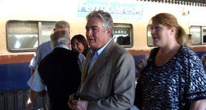 El senador Linares, junto a Margarita Stolbizer, en la estación Bahía Blanca Sud.