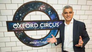 El alcalde de Londres, Sadiq Khan, junto a un cartel promocional del servicio nocturno.