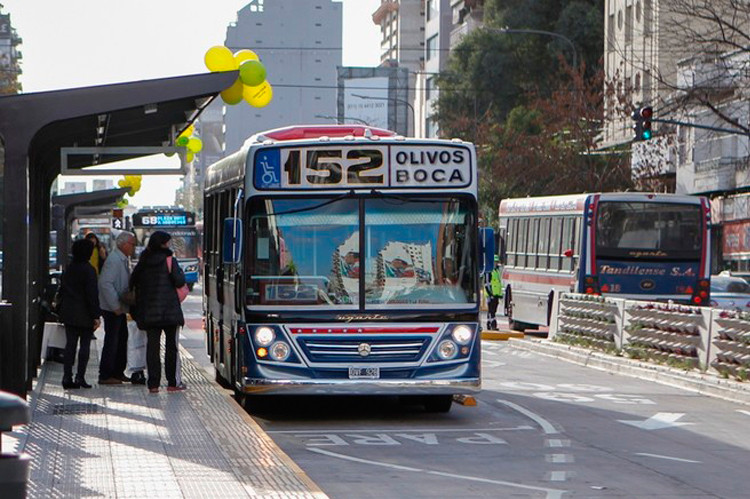 El Metrobús tuvo éxito en ordenar el tránsito, separando los flujos de vehículos privados y públicos. Sin embargo, no es un sistema propiamente dicho.