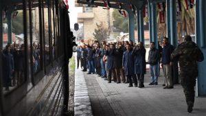 El primer tren en cinco años hace su ingreso a la estación Bagdad de Alepo.
