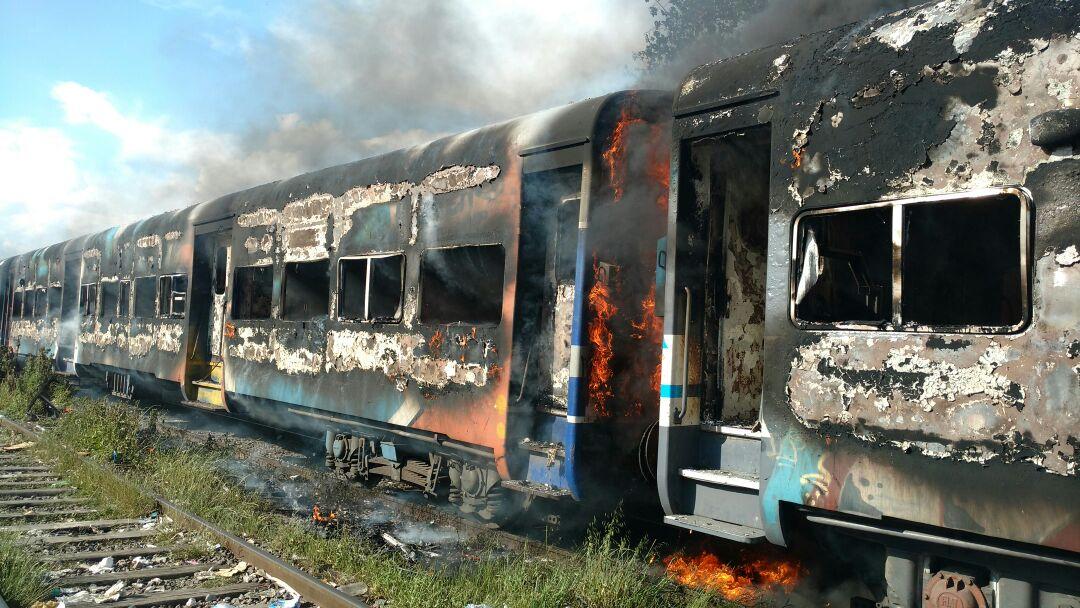 Durante una manifestación, incendiaron tres vagones del ramal Haedo-Temperley