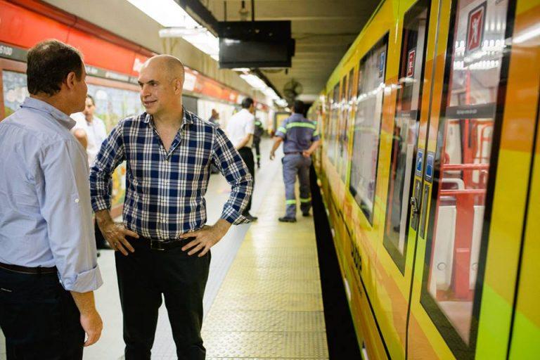 Piccardo y Rodríguez Larreta en Dorrego. A la derecha, un CAF 6000. Obsérvese distancia entre el tren y el andén.