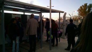 Pasajeros hacen fila para sacar boleto en el servicio matinal de las 7:30 en Del Viso.