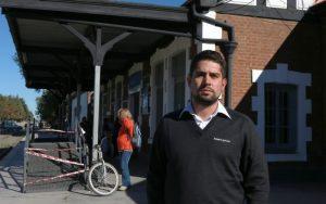 Rodrigo Sagaseta, empleado ferroviario, asegura que hay un boicot contra el tren. (Foto: Diario Río Negro)