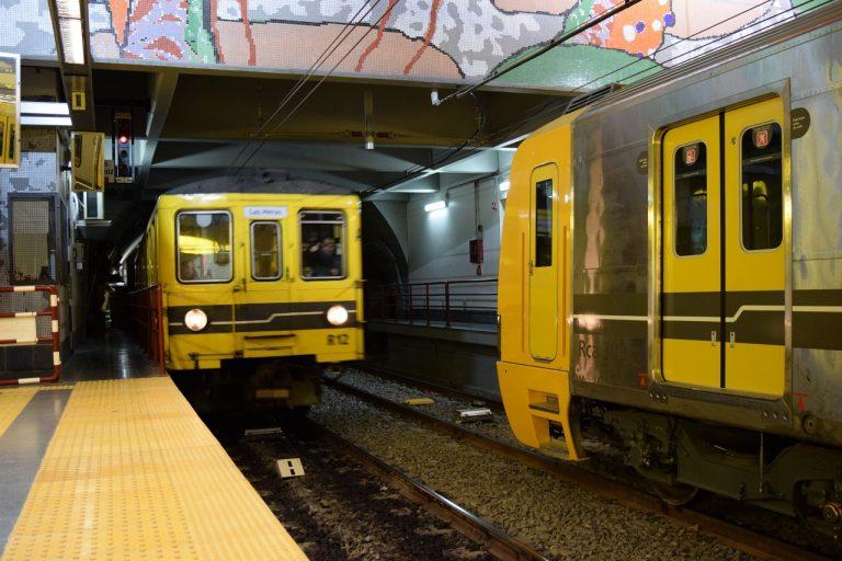 A la izquierda, uno de los últimos Siemens en prestar servicio comercial en la línea H. A la derecha, uno de los novísimos Alstom que los reemplazarán desde este lunes.
