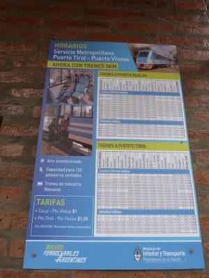Los horarios del servicio reinaugurado ayer mantienen la gráfica del ex Ministerio del Interior y Transporte y el logo de Ferrocarriles Argentinos, abandonado por el gobierno. Fuente: La Voz del Chaco.