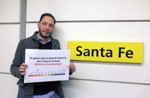 El legislador Ferraro exhibe un cartel mostrando cómo quedaría la línea H de aprobarse su proyecto.