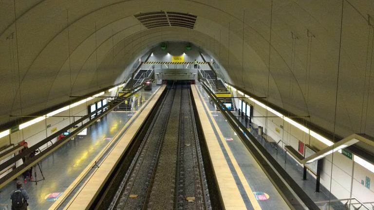 La estación, vista desde uno de sus vestíbulos.