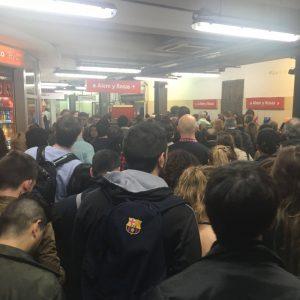 El cierre parcial de la línea por el foro empresario causó un caos en la hora pico vespertina en Carlos Pellegrini.