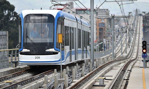 El flamante tranvía de Addis Abeba, capital de Etopía, construido por empresas chinas.