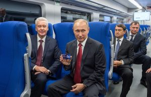 El presidente ruso Vladimir Putin y el intendente de Moscú en la marcha blanca de la nueva línea 14, en septiembre de 2016.