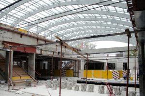 """Vista del nuevo acceso, tomada desde el andén lateral oeste: puede apreciarse la nueva escalera central y la nueva salida a la """"plaza subterránea"""" por el andén lateral este."""