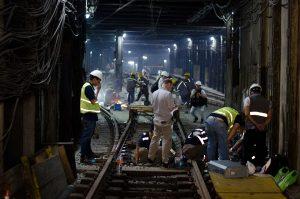 Técnicos de Siemens trabajan en la salida de la estación Constitución.