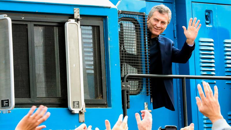 Macri saluda desde una locomotora